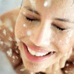 Почему горячая вода сушит кожу?