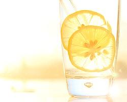 вода с лимоном от вздутия живота