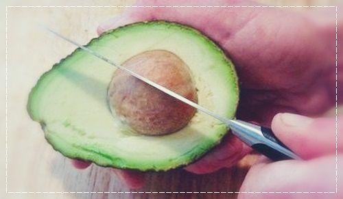 Удаляем кость авокадо